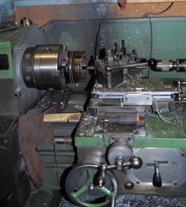 Kupplungskorb mit Duplex-Primärkettenrad auf der Drehbank